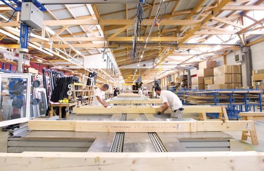 Locaux de l'atelier sybois avec des ouvriers