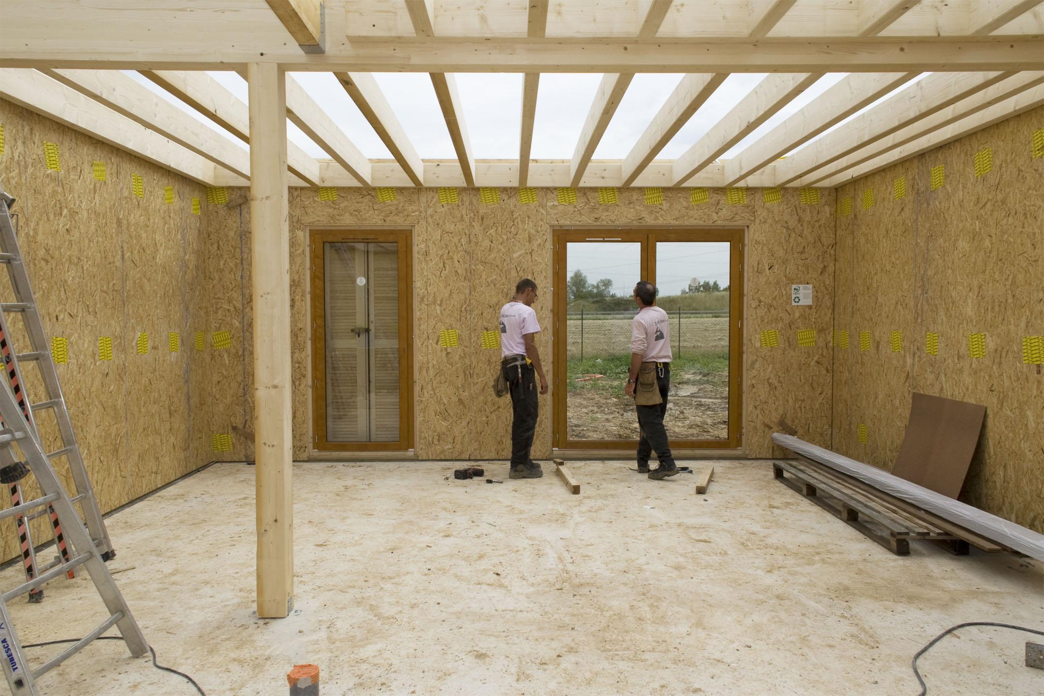 Vue interne sur deux ouvriers dans un bâtiment en construction
